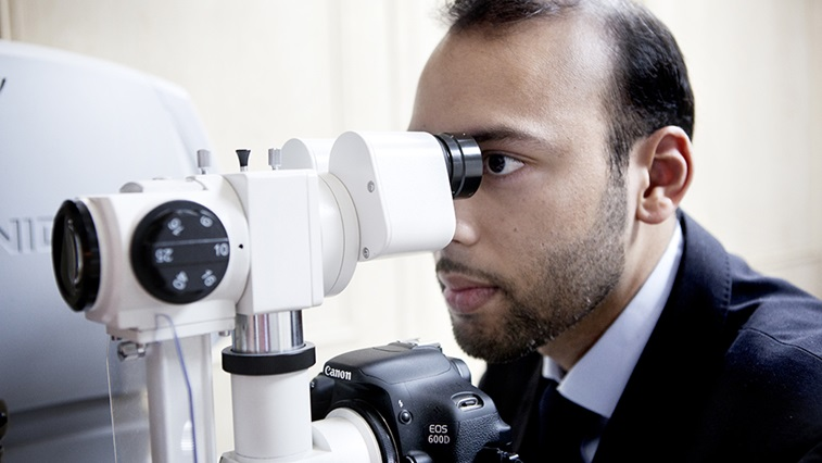 Optometrist using an optical instrument