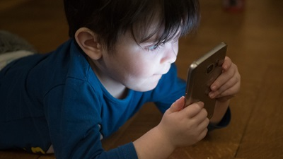 child on smartphone