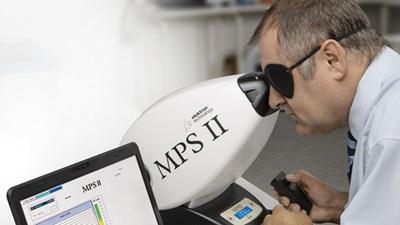 optometrist using a Macular Pigment screener