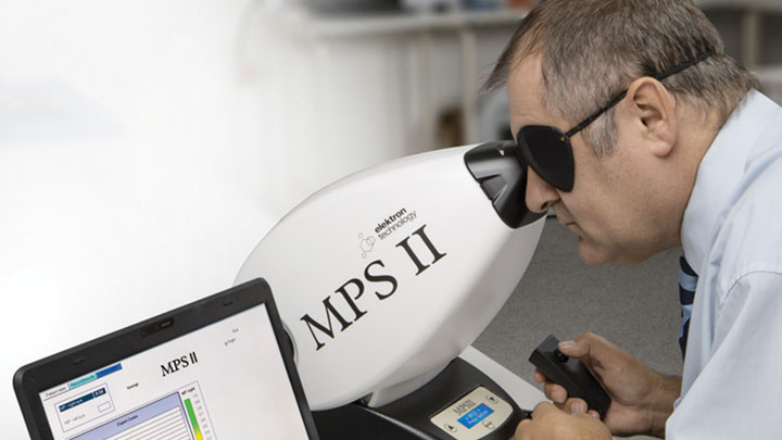 optometrist using a Macular Pigment screener