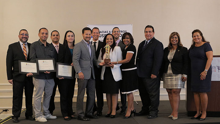 CooperVision's Puerto Rican team accepting the award