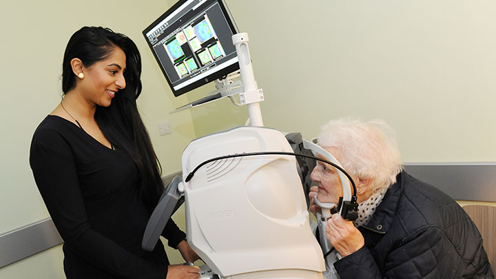 Eye examination using an OCT device
