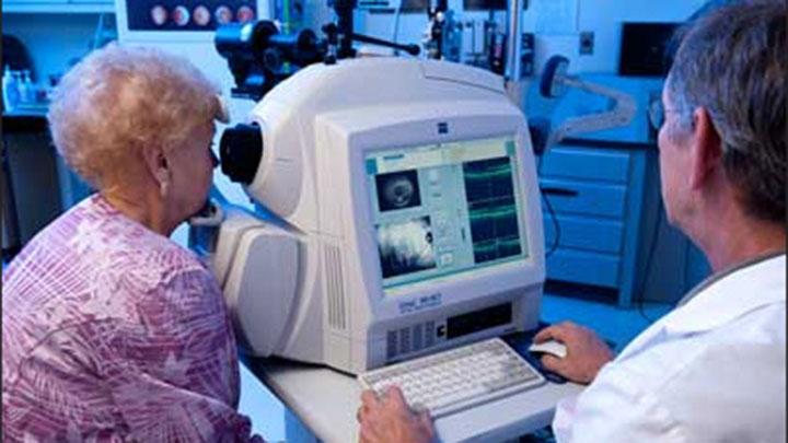 Optometrist using OCT
