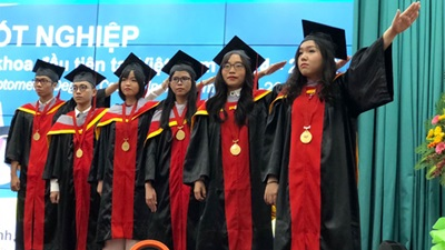 Optometry students graduate in Vietnam